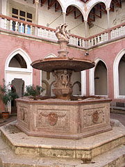 The reconstruction of the Hercules Fountain in the inner courtyard of the palace - Visegrád (Plintenburg), Ungarn