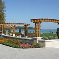 The arbors in the Rose Garden and a lot of flowers (the current park was developed in 2009) - Balatonfüred, Hongarije
