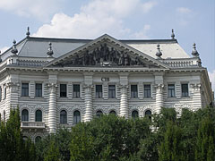 The neo-renaissance style facade of the Deutsch Palace, apartment house and bank headquarters - Boedapest, Hongarije