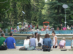 Tourists at the Music Fountain - Boedapest, Hongarije