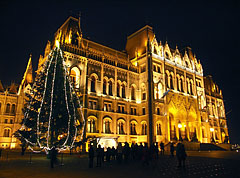 """The night illumination of the Hungarian Parliament Building, and the Country's Christmas Tree (""""Ország Karácsonyfája"""") in front of it - Boedapest, Hongarije"""