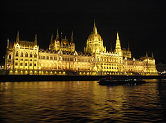"""The Hungarian Parliament Building (""""Országház"""") and the Danube River by night - Boedapest, Hongarije"""