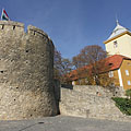 """The Barbican (or """"Barbakán"""" in Hungarian) bastion on the castle wall, and the Episcopal Palace - Pécs, Hongarije"""