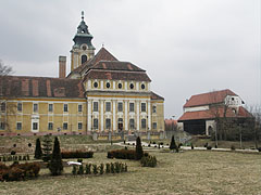 """The Town Hall (former Cistercian Abbey of Szentgotthárd), as well as the theater building on the right (former so-called """"Granary Church"""", in Hungarian """"Magtártemplom"""") - Szentgotthárd, Hongarije"""