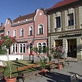 Long shadows in the late afternoon in the main square - Tapolca, Hongarije