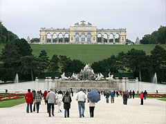 The view of the Gloriette and the Neptune Fountain from the palace - Wenen, Oostenrijk