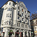 """Stateful five-story Art Nouveau (secession) style residental building, with among others the """"Fagyöngy"""" Pharmacy downstairs - Budapest, Ungari"""