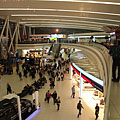"""The """"Sky Court"""" waiting hall of the Terminal 2A / 2B of Budapest Liszt Ferenc Airport, with restaurants and duty-free shops - Budapest, Ungari"""