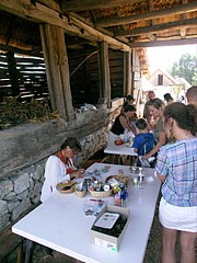 "Handicraft demonstration in the barn (in the ""common yard of the Palóc kin"") - Szentendre, Ungarn"