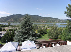 Amazing view from the terrace of the thermal beach to Danube Bend (Dunakanyar) and Börzsöny Mountains, even during eating a hot dog - Visegrád, Ungarn