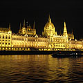 "The Hungarian Parliament Building (""Országház"") and the Danube River by night - Budapest, Ungern"
