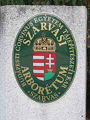 The oval plaque of the Arboretum of Szarvas, including the coat of arms of Hungary - Szarvas, Ungern