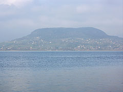 The Badacsony Hill viewed from Fonyód, that is on the southern shore of Lake Balaton - Badacsonytomaj, هنغاريا
