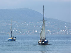 Sailboats on Lake Balaton, and some houses of Badacsonytomaj in the background - Badacsonytomaj, هنغاريا