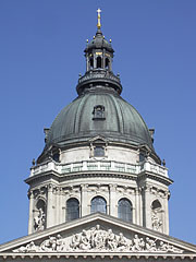 The dome of the neo-renaissance style Roman Catholic St. Stephen's Basilica - بودابست, هنغاريا