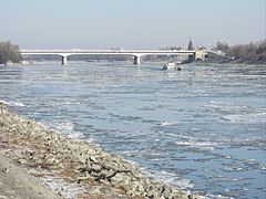 The Árpád (or Arpad) Bridge over the icy Danube River, viewed from Óbuda district - بودابست, هنغاريا