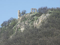 The ruins of the medieval castle on the cliff, viewed from the edge of the village - Csővár, هنغاريا