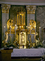 The gold-plated main altar with angel sculptures in the Roman Catholic St. Michael's Church - Dunakeszi, هنغاريا