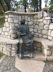 Seated bronze statue of Archbishop János Vitéz (1465-1472) on the side of the Castle Hill - Esztergom, هنغاريا