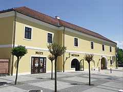 The yellow painted Hamvay Mansion, including a cinema and a museum - Gödöllő, هنغاريا