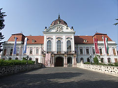 The main facade of the baroque Grassalkovich Palace (or Gödöllő Palace) - Gödöllő, هنغاريا