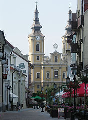 """The Minorite Church of Miskolc on the Hősök tere (""""Heroes' Square""""), viewed from the pedestrian street - Miskolc, هنغاريا"""