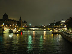 The Seine River and Pont Notre Dame (Notre Dame Bridge) - باريس, فرنسا