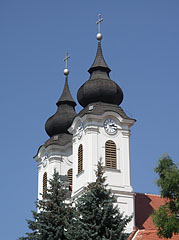 The two towers (or steeples) of the church of the Benedictine Abbey, viewed from the old village - Tihany, هنغاريا