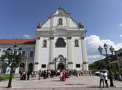 Wedding is very common in the magnificent sceneries of the Church of the Whites (Fehérek temploma) - Vác, هنغاريا