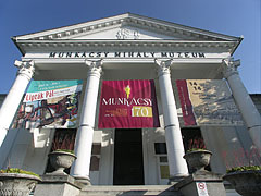 The neo-classical style Mihály Munkácsy Museum building includes a modern exhibition hall, in 2007 it won the Museum of the Year prize as well (the building was designed by Lajos Wagner and built in 1913) - Békéscsaba, Hungary