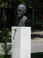 Bust statue of László Holló (1887-1976) Hungarian painter in the park (he was born in Kiskunfélegyháza) - Kiskunfélegyháza, Hungary
