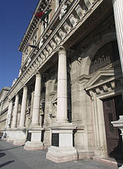 Corvinus University of Budapest, the side of the main building that overlooks to the Danube, with a colonnade at the entrance - ブダペスト, ハンガリー