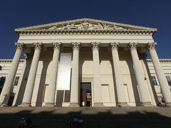 The portico (a type of colonnade, opened entry hall with columns) of Hungarian National Museum - ブダペスト, ハンガリー