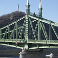 "The Pest-side tower (pylon) of the Liberty Bridge (""Szabadság híd"") in front of the Gellért Hill - ブダペスト, ハンガリー"