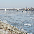 The Árpád (or Arpad) Bridge over the icy Danube River, viewed from Óbuda district - ブダペスト, ハンガリー