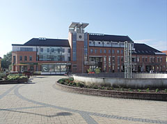 The new moder Town Hall on the main square - Nagykálló, ハンガリー
