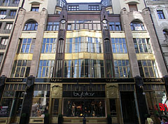 Amazing Art Nouveau (or secession) style residental building with a wonderful shop window downstairs - 부다페스트, 헝가리