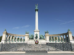 The Millenium Memorial with the Hungarian Heroes' National Memorial Stone - 부다페스트, 헝가리