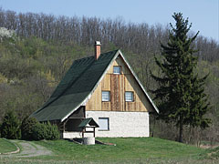 A lonely house (maybe the forester's house) at the foot of the castle hill - Csővár, 헝가리