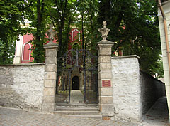Narrow alley way and the entrance of the Serbian Orthodox Episcopal Cathedral (Beograda Church or Belgrade Church) - Szentendre, 헝가리