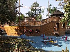 Ship-like adventurous jungle gym at the greater playground - Будимпешта, Мађарска